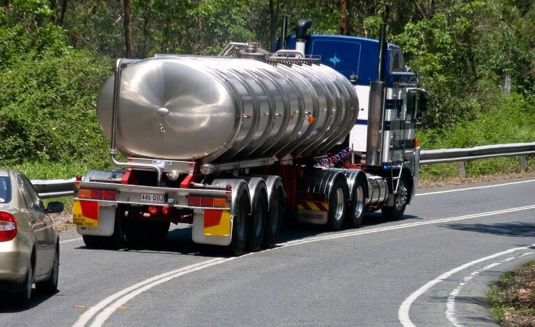大型トラックが遅い理由とは