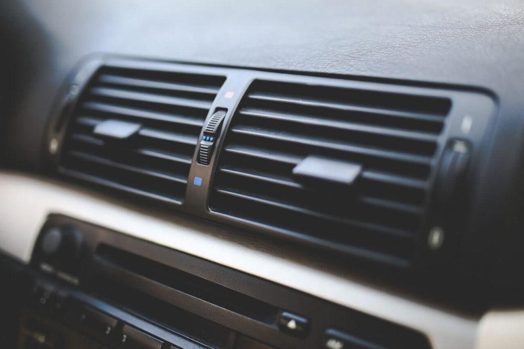 車の外気導入と内気導入の違いとは