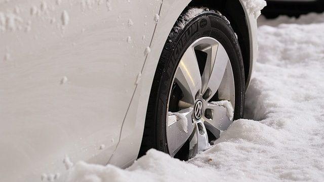 大雪で立ち往生する車