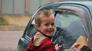 洗車する子供